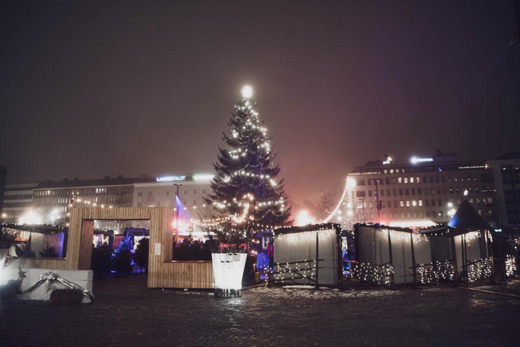 Yleiskuva Lahden Joulukylästä illalla.