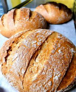 kolme vaaleaa leipälimppua