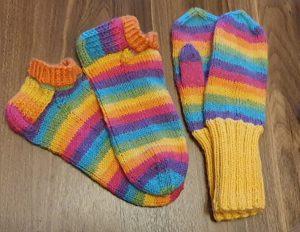 värikkäitä villasukkia